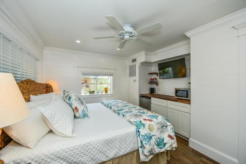 A bed or beds in a room at Tropical Breeze Resort