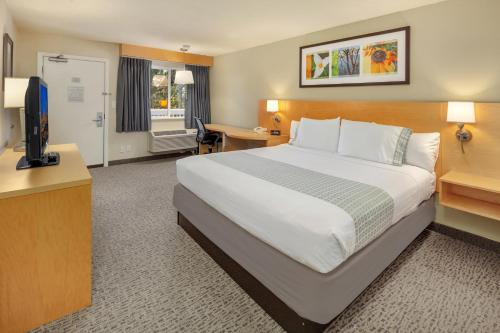 A bed or beds in a room at Hotel Nexus; BW Signature Collection
