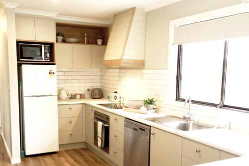 A kitchen or kitchenette at Charlottes Honor - River & Golf Cottage