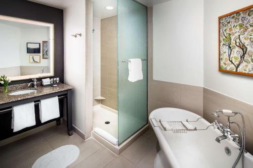 A bathroom at Andaz Savannah - A Concept by Hyatt
