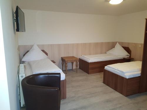 Ein Bett oder Betten in einem Zimmer der Unterkunft Pension Im Bett