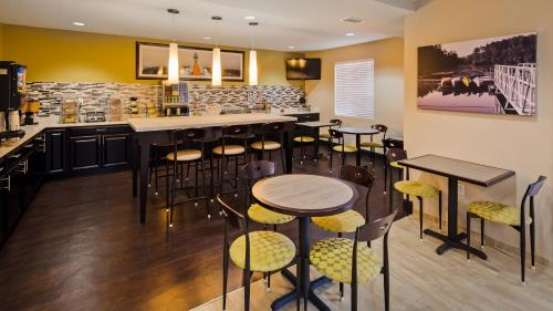 A restaurant or other place to eat at Best Western Edgewater Inn