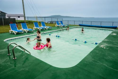 The swimming pool at or close to Shallow Bay Motel & Cabins Conference Centre