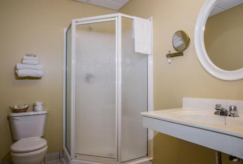 A bathroom at Shallow Bay Motel & Cabins Conference Centre