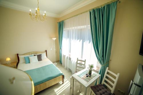 A bed or beds in a room at Apartment Novorossiyskaya 67