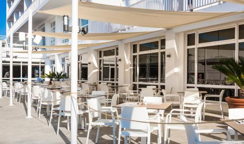 Een restaurant of ander eetgelegenheid bij Globales Condes de Alcudia