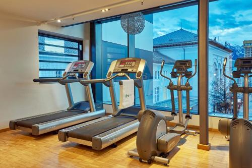 The fitness center and/or fitness facilities at H+ Hotel Salzburg
