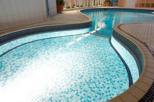The swimming pool at or close to Red Lea Apartments