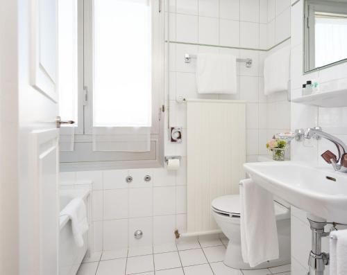 Salle de bains dans l'établissement Hotel Suisse
