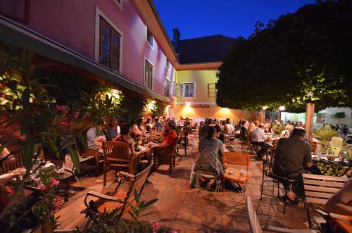 Ein Restaurant oder anderes Speiselokal in der Unterkunft MuziKafe - Home of Culture