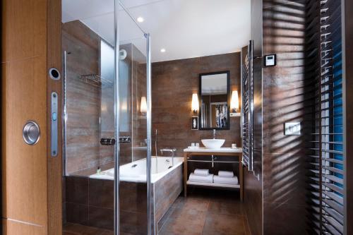 A bathroom at Hotel Le Six