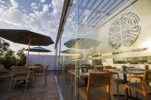 A restaurant or other place to eat at Tierra Viva Miraflores Mendiburu