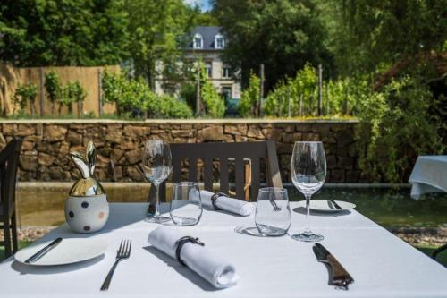 A restaurant or other place to eat at Les Jardins d'Anaïs