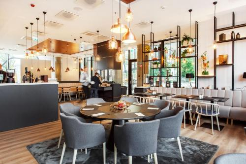 A restaurant or other place to eat at Courtyard by Marriott Vilnius City Center