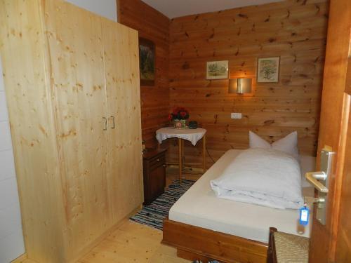 Ein Bett oder Betten in einem Zimmer der Unterkunft Gästehaus ALPENROSE