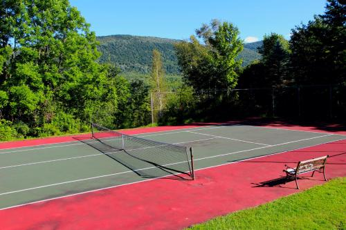 Tennis and/or squash facilities at Wilburton Inn or nearby