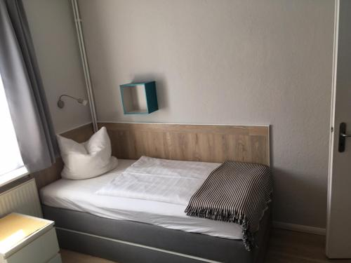A bed or beds in a room at Hotel Stadtpark-garni