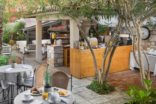 A restaurant or other place to eat at Hotel Angelo d'Oro