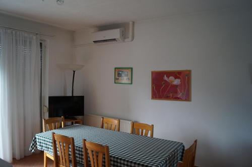 A television and/or entertainment centre at Eman Apartmanház