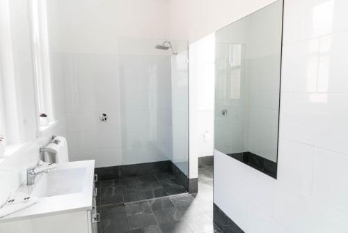 A bathroom at Swansea Hotel