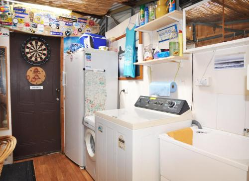 A kitchen or kitchenette at 45 HALFORD - PET FRIENDLY