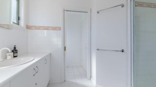A bathroom at BEACH VIEWS ON BEILBY - PET FRIENDLY (OUTSIDE ONLY)