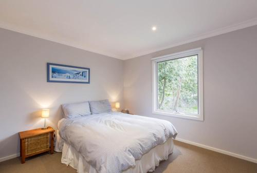 A bed or beds in a room at BREEZES - PET FRIENDLY
