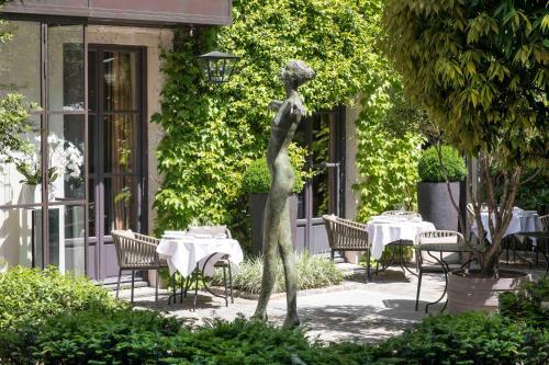 A restaurant or other place to eat at Le Pavillon de la Reine & Spa