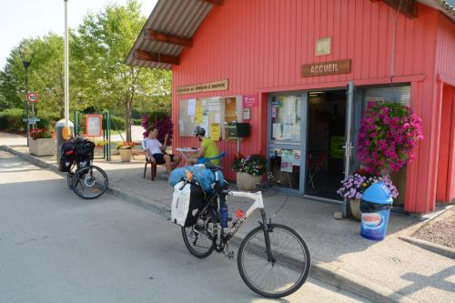 Vélo sur le terrain de l'établissement ULVF Le Domaine d'Aucroix ou dans les environs