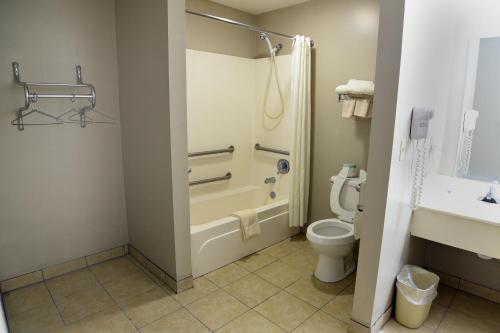 A bathroom at Lynchburg Country Inn