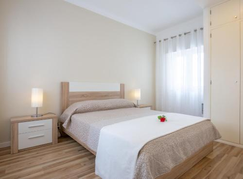 A bed or beds in a room at Vistamar Apartments