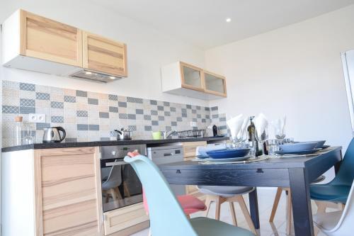 A kitchen or kitchenette at L'HONNORAT