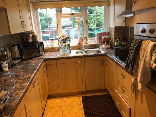 A kitchen or kitchenette at 2 Stubbs Close