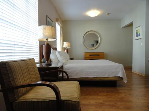 A bed or beds in a room at Viscay Hotel