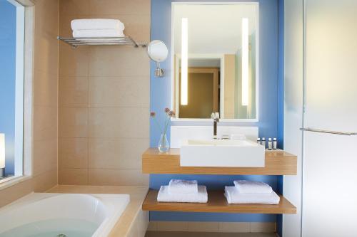 Ett badrum på Lindos Blu Luxury Hotel-Adults only
