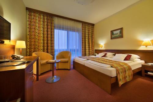 Postel nebo postele na pokoji v ubytování Wellness Hotel Happy Star