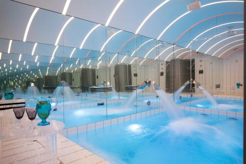 The swimming pool at or close to Hôtel Dress Code
