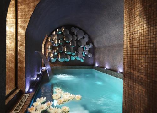 Het zwembad bij of vlak bij La Maison Favart