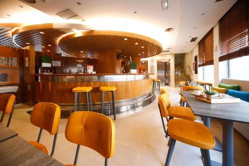 The lounge or bar area at Silken Luis de León