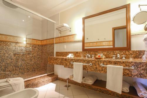 A bathroom at Hotel Casa do Amarelindo