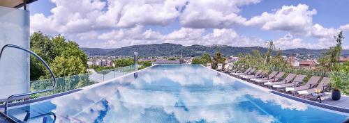 Het zwembad bij of vlak bij Hotel Villa Hügel