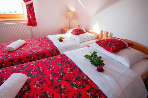 Łóżko lub łóżka w pokoju w obiekcie Pokoje Gościnne Góraleczka