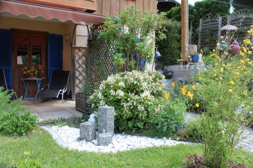 A garden outside Ferienwohnung Schauberger