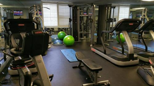The fitness centre and/or fitness facilities at Inn at Pelican Bay