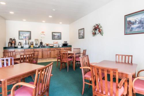 A restaurant or other place to eat at Super 8 by Wyndham Kountze Big Thicket Nat'l Pres Area