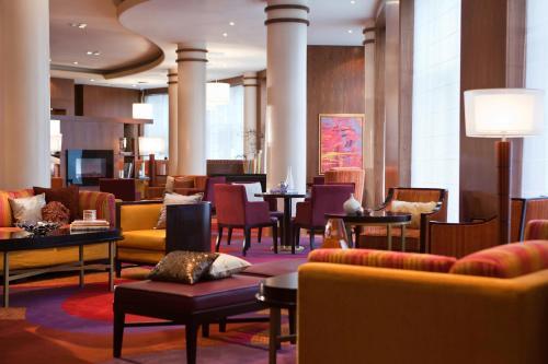 Лаундж или бар в Renaissance Moscow Monarch Centre Hotel