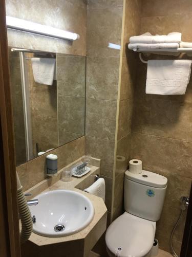 A bathroom at Hotel Maria del Mar