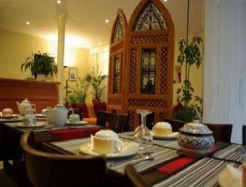 Een restaurant of ander eetgelegenheid bij Hôtel Ramey