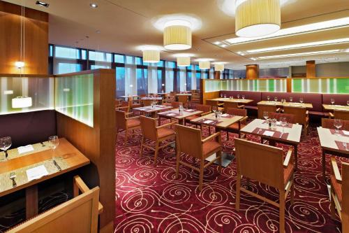 Ein Restaurant oder anderes Speiselokal in der Unterkunft Hilton Garden Inn Frankfurt Airport