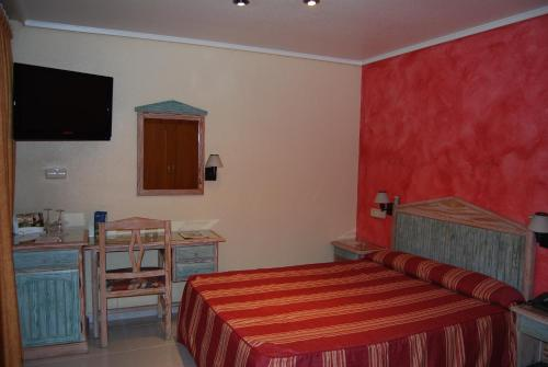 A bed or beds in a room at Hotel Azahar